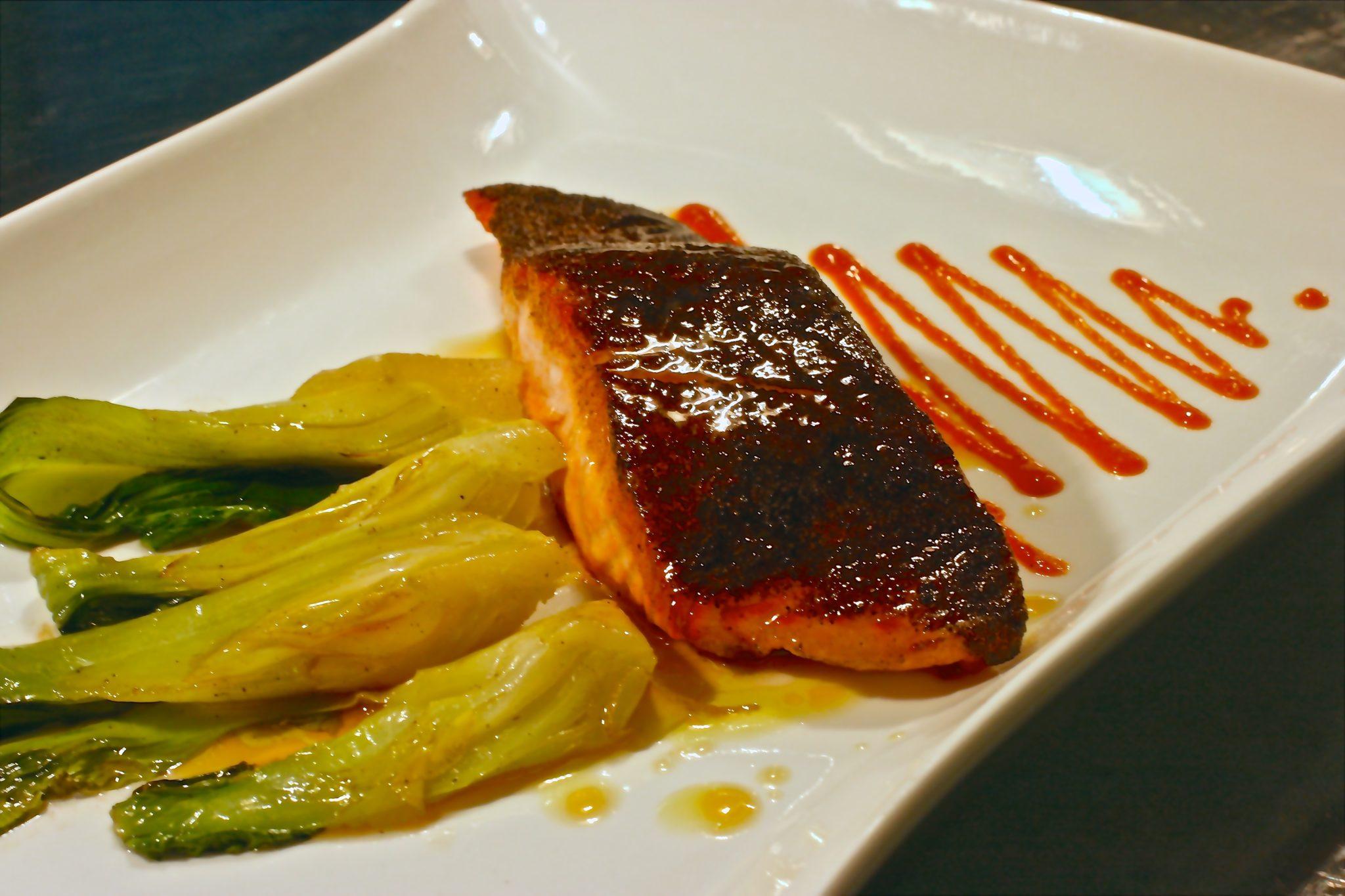 salmone al pepe vinaigrette lime e miele e bok choy